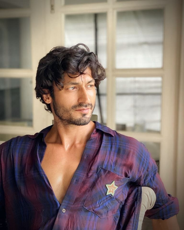 Vidyut Jammwal Pose with Out of Bed Look