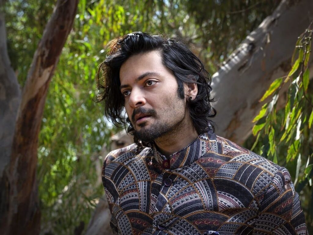 Ali Fazal pose with royal look hairstyle & wearring traditional outfit
