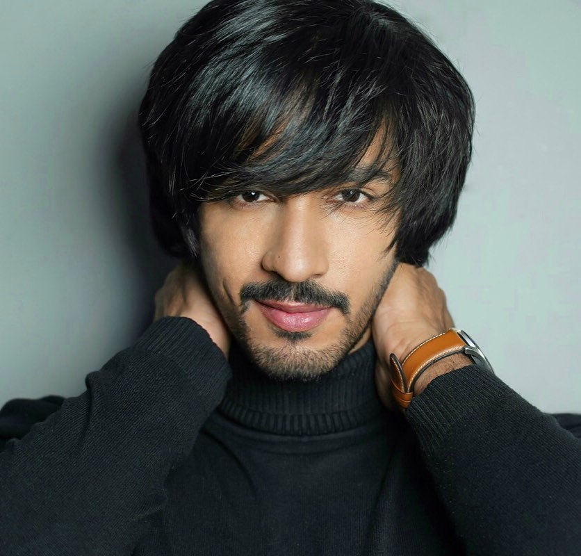 Thakur Anoop Singh - The e-causal-look in black outfit