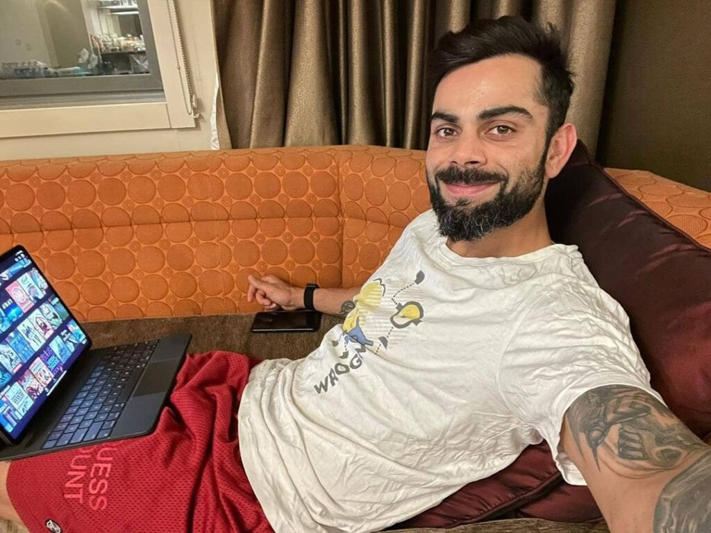 Medium messy hairstyle in sitting pose with laptop