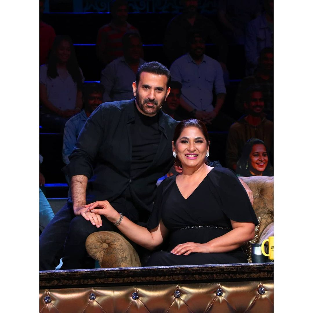 Archana Puran Singh with husband Parmeet Sethi Sitting on sofa in black outfit - indian celebrity couples big age difference