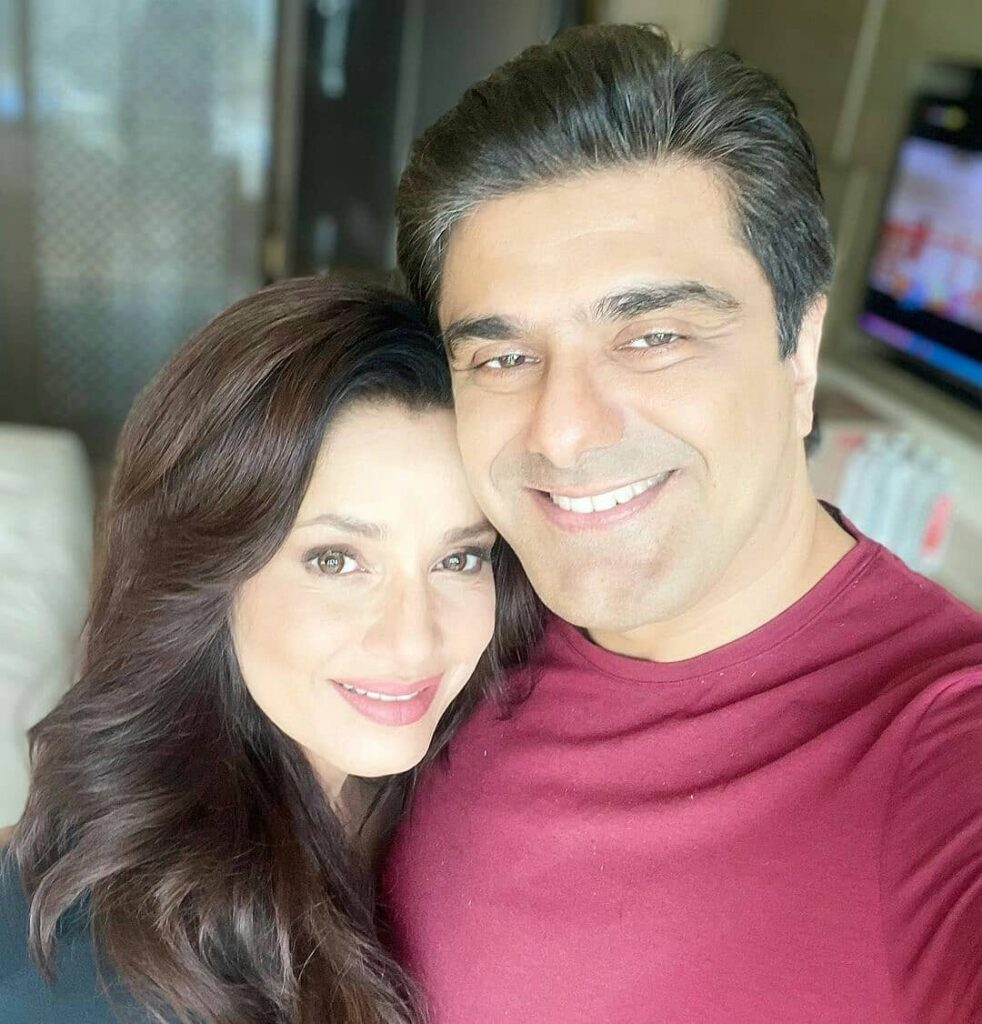 Neelam and husband Samir Soni posing  for a happy selfie - bollywood celebrities marriage