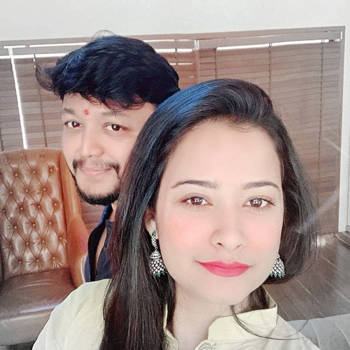Ganesh and Shilpa posing for a happy selfie - South Indian celebrities with age gap